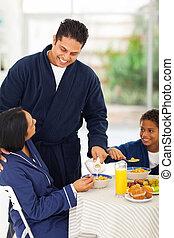 たたきつける, 妻, テーブル, 朝食, ミルク, 夫