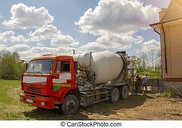 たたきつける, 家, サイト, 労働者, 建設, 下に, 山, ミキサー, トラック, 緑, に対して, コンクリート, sky., 美しい, 曇り, 砂, single-storey, 準備ができた, 森林