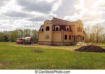 たたきつける, 砂, コンクリート, 建設, sky., 下に, 美しい, single-storey, 森林, 曇り, 家, 山, ミキサー, トラック, 緑, サイト, 準備ができた, に対して