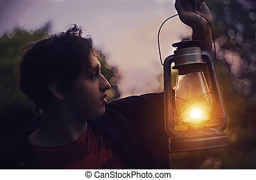 つけられる, 立つ, 灯油ランプ, 森林, 夜, 人