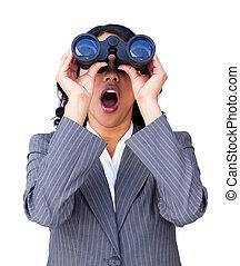 によって, 女性実業家, 双眼鏡, 見る, 驚いている