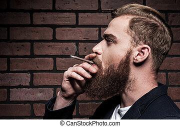 に対して, れんが, あごひげを生やしている, style., 喫煙, 若い, 壁, 光景, 人, 側, ハンサム, 地位, タバコ, 間