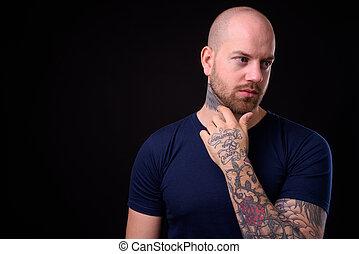 に対して, ハンサム, 人, あごひげを生やしている, 黒い背景, はげ