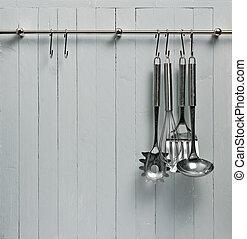 に対して, 料理, copy-space, へら, 無作法, 木製である, 道具, rack;, 鋼鉄, wall;, よい, 台所, ∥など∥