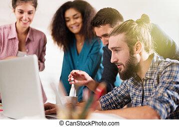 のまわり, 一緒に働く, 多人種である, ラップトップ, ビジネス チーム