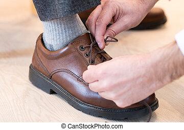 の上, 息子, 助力, 成人, 終わり, タイ, シニア, 靴ひも, 人