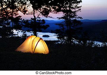 の上, 火をつけられた, テント, 夕闇
