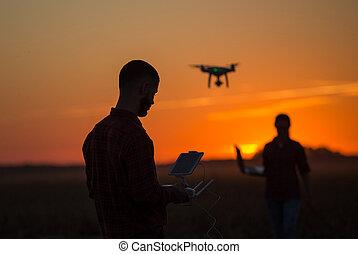 の上, 農地, 無人機, 人, 操縦する