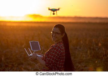 の上, 農地, 無人機, 女, 操縦する