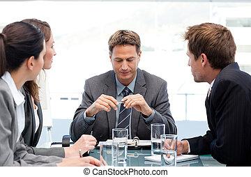 の間, チーム, 彼の, マネージャー, テーブル, ミーティング, 深刻