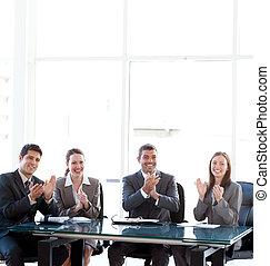 の間, businessteam, 拍手喝采する, プレゼンテーション, 朗らかである