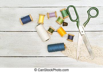 はさみ, 木製である, 位置, 古い, 指ぬき, スプール, 糸, 平ら, バックグラウンド。