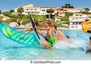 はねかけること, 波, 楽しみ, 乗馬, 十代の若者たち, 持つこと