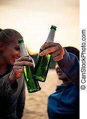 びん, アルコール, 恋人, ∥(彼・それ)ら∥, 緑, カチンと鳴る