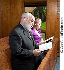もっと年がいった男, 若い女性, 地位, 中に, 教会, 歌うこと, 保有物, 賛美歌集