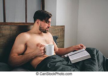 もっと近く, 人, コーヒー, 彼の, 保有物, 刺激, カップ, ある, お茶, 朝, それ, 暑い, time., 本, 間, bedroom., 光景, 読書, ∥あるいは∥, ハンサム
