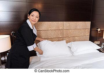 よい, ホテル, ベッド, 見る, お手伝い, パッティング, 枕, すてきである