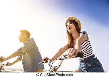 よく晴れた日, 幸せな カップル, 自転車の 乗車, 若い, 行く