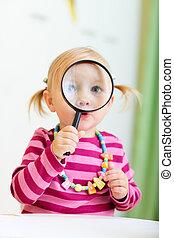 よちよち歩きの子, 女の子, 見ること, magnifier