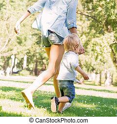 よちよち歩きの子, 彼女, 公園, 若い, 歩きなさい, 母, 息子, 持つこと
