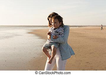 よちよち歩きの子, 浜, 母