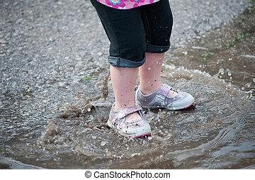 よちよち歩きの子, 足, 中に, 雨, 水たまり, 波