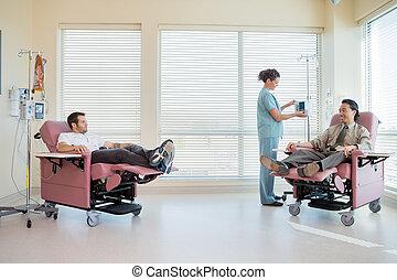よりかかる, 調節, 患者, iv, 機械, 間, 看護婦, 椅子