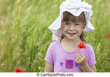 わずかしか, かわいい 女, 中に, a, 帽子, 保有物, 赤い花, そして, 微笑
