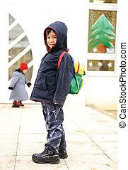 わずかしか, かわいい, 就学前の 子供, ∥で∥, 袋, 上に, 彼の, 背中