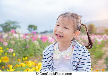 わずかしか, アジアの少女, 微笑, 中に, 花, フィールド