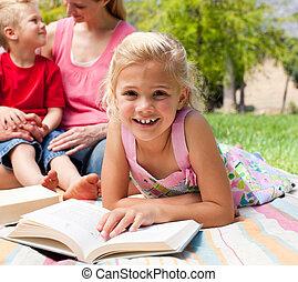 わずかしか, クローズアップ, 女の子の読書, ピクニック