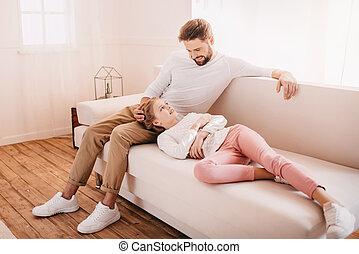 わずかしか, ソファー, 父, 一緒に, 家, 女の子, 愛らしい, 幸せ