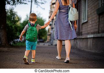 わずかしか, バックパック, 背中, 息子, 行く, 母, 光景