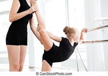 わずかしか, バレリーナ, 伸張, ∥で∥, 助け, の, 教師, 中に, バレエのクラス