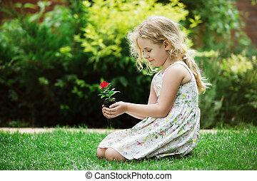 わずかしか, ブロンド, 女の子, 保有物, 若い, 花, 植物, 中に, 実地である, 緑の背景