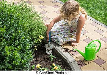 わずかしか, ブロンド, 女の子, 植えつけ, 花, 中に, a, 庭