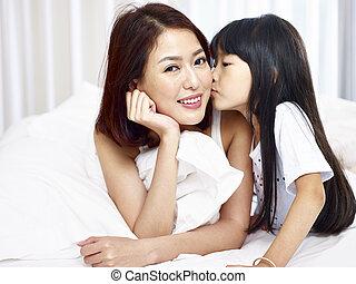 わずかしか, ベッド, アジア人, 母, 接吻, 女の子