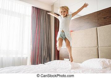 わずかしか, ベッド, 跳躍, 寝室, 家, 女の子
