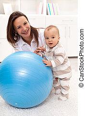 わずかしか, ボール, 立つ, 大きい, 女の赤ん坊, 練習