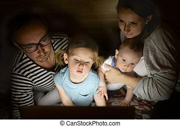 わずかしか, ラップトップ, 若い, 親, 子供, night.