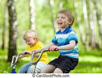 わずかしか, 乗馬, ∥(彼・それ)ら∥, 自転車, 子供
