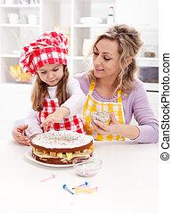 わずかしか, 助け, 彼女, いくつか, フルーツの ケーキ, 作成, 女の子, 最初に