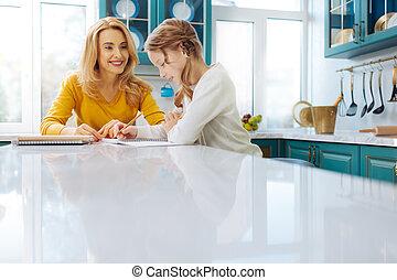 わずかしか, 娘, 彼女, 監視, 執筆, 母, 微笑