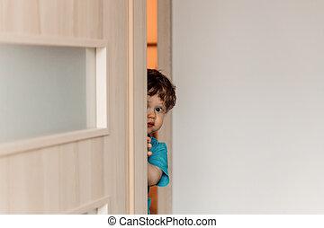 わずかしか, 子供, 後ろに隠れる, ∥, ドア