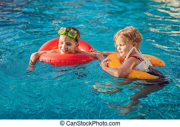 わずかしか, 子供, 2, プールを すること, 水泳