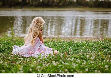 わずかしか, 孤独, 女の子, モデル, 中に, ∥, 草, によって, ∥, 川