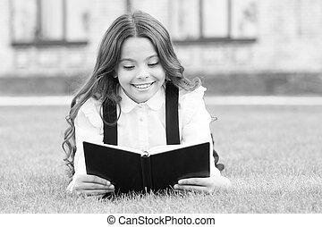 わずかしか, 学びなさい, 基本, かわいい, concept., outdoors., 愛らしい, 女生徒, お気に入り, book., 女の子, 本, 子供, ユニフォーム, 学校, extracurricular, 読書, 教育, 卵を生む, 勉強, 芝生, 小さい, reading.