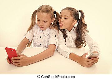 わずかしか, 学校, students., モビール, 年齢, 女の子, 依存, 子供, 電話。, 持ちなさい, デジタル, 楽しみ, fun., 持つこと, 幸せ