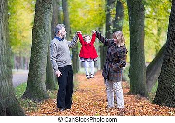 わずかしか, 家族, パー, 秋, 女の子, よちよち歩きの子, 遊び, 幸せ