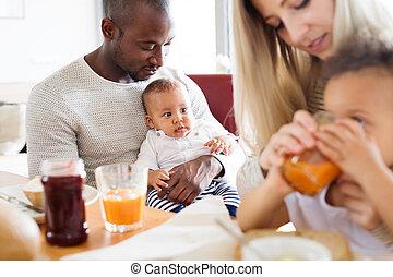 わずかしか, 家族, 子供, 若い, 持つこと, interracial, breakfast.